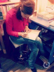 Chiara Grandin mentre scrive la dedica ai lettori di 3 Settimane con il Genio
