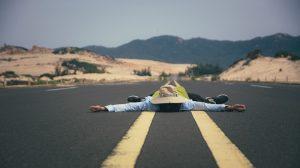 Uomo steso sulla strada rilassato