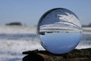 sfera cristallina che riflette paesaggio innevato