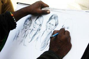 artista che disegna su carta