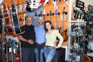 Chip Chipman, Alessandro Saramin, Chiara Grandin in un negozio di chitarre