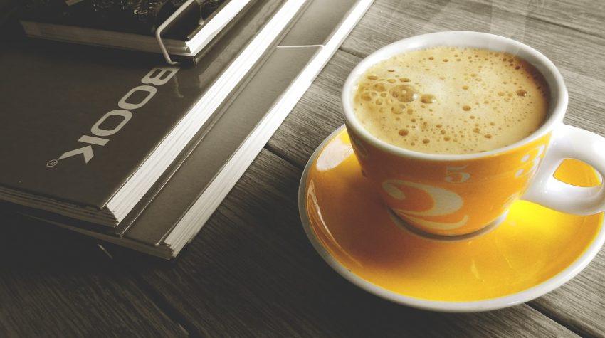 tazza di caffe con taccuini